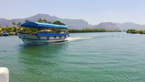 Verbazend landschap op de rivier Dalyan, Turkije Het varen voorbij de toeristenboot Riet en bergen op de achtergrond stock footage