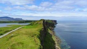 Verbazend landschap op het Eiland van Skye in Schotland - luchthommellengte stock videobeelden