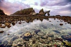 Verbazend landschap van rotsachtige bogen en waterbezinning in Bali, Indonesië stock afbeeldingen