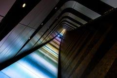 Verbazend LEIDENE licht voetpad/tunnel in Londen met schaduwcijfer stock afbeelding