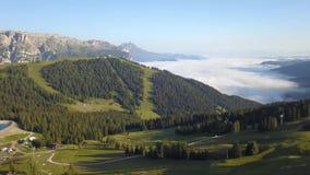 Verbazend luchtlandschap bij Dolomiet Mening bij Gardenaccia-massief Mist bij de bodem van de vallei Alta Badia, Sud Tirol, Itali stock videobeelden