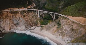 Verbazend luchtuitzoomen panoramisch schot van verbazende Bixby-Kreekbrug en Weg 1, beroemde Amerikaanse reisbestemming stock videobeelden
