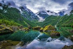 Verbazend meer op een achtergrond van bergen en gletsjer noorwegen B stock afbeelding