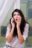 Verbazend meisje dat op telefoon spreekt Stock Afbeeldingen