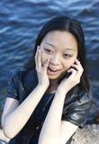 Verbazend meisje dat op telefoon spreekt Stock Fotografie