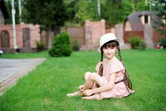 Verbazend meisje in roze kleding en witte hoed stock foto's