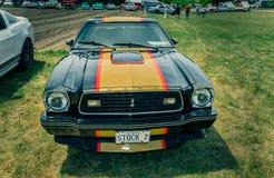 Verbazend mooi vooraanzicht van klassieke uitstekende retro sportwagen Stock Foto's