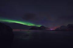 Verbazend multicolored Aurora Borealis ken ook als Noordelijke Lichten in de nachthemel over Lofoten-landschap, Noorwegen, Scandi stock fotografie