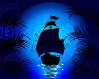 Verbazend nachtlandschap met varend schip op zee Stock Afbeelding