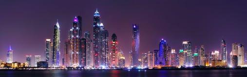 Verbazend nachtpanorama van de Jachthaven van Doubai, Doubai, Verenigde Arabische Emiraten stock foto's
