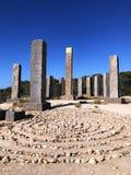 Verbazend ontwerp - 13 basaltpijlers, één waarvan met goud omvat is Stonehenge in Ibiza spanje royalty-vrije stock foto