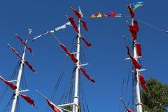 Verbazend oud rivierschip met rode zeilen hoog omhoog in de hemel Royalty-vrije Stock Foto's