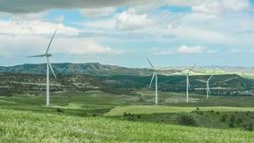 Verbazend panorama van groen gebied met het spinnen van windmolens, bergen op horizon stock footage
