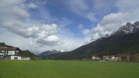 Verbazend panorama van groene vallei met huizen en Dolomietbergketen, Italië stock videobeelden