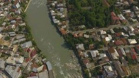 Verbazend panorama van Kutaisi-stad in Georgië, bruggen op Rioni-rivier luchtmening stock video