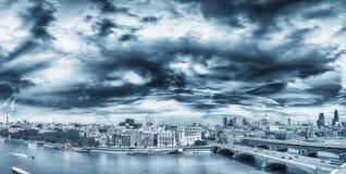 Verbazend panorama van Londen bij zonsondergang, het Verenigd Koninkrijk royalty-vrije stock afbeeldingen