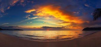 Verbazend panoramisch aardlandschap die tropisch strand met overzees en kleurrijke bewolkte hemel verbazen bij zonsondergang royalty-vrije stock foto