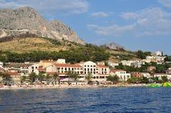 Verbazend strand van Podgora met mensen. Kroatië Stock Afbeelding