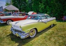 Verbazend voor zijaanzicht van klassieke uitstekende retro gestileerde auto Royalty-vrije Stock Afbeelding