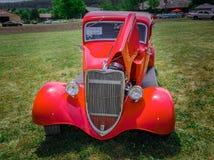 Verbazend vooraanzicht van klassieke uitstekende retro auto met open kap Stock Afbeelding