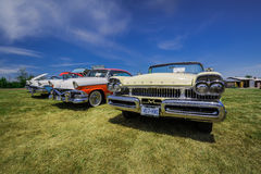 Verbazend vooraanzicht van klassieke uitstekende retro modieuze auto's Stock Afbeeldingen