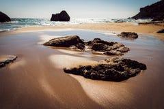 Verbazend zandig strand met seaandwolken, Korfu Stock Afbeeldingen