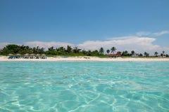 Verbazend zandig strand tegen de wolkenloze hemel Stock Foto