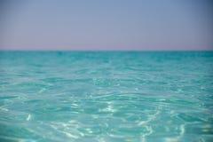 Verbazend zandig strand tegen de wolkenloze hemel Royalty-vrije Stock Fotografie