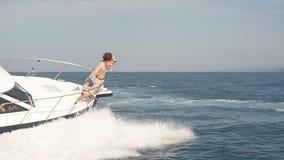 Verbazend Zeegezicht met Witte Varende Boot in Blauwe Overzees Foto met exemplaarruimte stock video