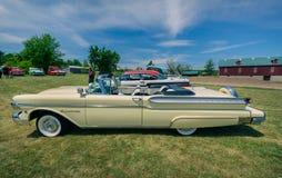 Verbazend zijaanzicht van klassieke uitstekende retro auto's Stock Foto