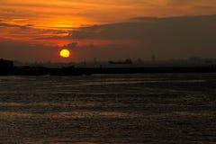 Verbazend zonsondergang overzees landschap royalty-vrije stock afbeelding