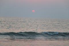Verbazend zonsondergangpunt dichtbij overzeese kust royalty-vrije stock foto