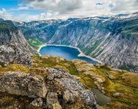 Verbazende aardmening over de manier aan Trolltunga Plaats: Scandina royalty-vrije stock afbeelding