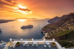 Verbazende avondmening van Fira, caldera, vulkaan van Santorini, Griekenland royalty-vrije stock fotografie