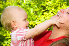 Verbazende baby en moeder Stock Foto