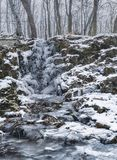 Verbazende Bevroren waterval Bevroren waterval in het bos royalty-vrije stock afbeeldingen