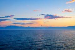 Verbazende blauwe Ionische Overzees bij zonsopgang in Sidari-vakantiedorp op het eiland van Korfu royalty-vrije stock afbeelding