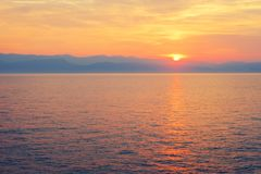 Verbazende blauwe Ionische Overzees bij zonsopgang in Sidari-vakantiedorp op het eiland van Korfu stock afbeeldingen