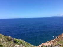 Verbazende blauwe oceaan en blauwe hemel Royalty-vrije Stock Foto's