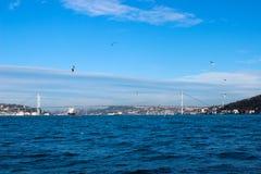 Verbazende bosphorusbrug in Istanboel stock foto's