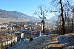 Verbazende de wintermening van Brunico met Santa Maria Assunta-kerk in het midden van het beeld, Bruneck, Italië stock fotografie