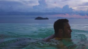 Verbazende de Zonsondergangmening van de reisvakantie en de toevluchtpool van de Kuuroord Tropische Luxe Langzame Motie 3840x2160 stock video