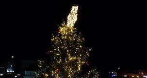 Verbazende dichte omhoog luchtmening van Nacht fairytale Kerstboom, Uzhgorod, de Oekraïne, 4k stock footage