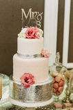 Verbazende die huwelijkscake met bloemen wordt verfraaid Royalty-vrije Stock Fotografie