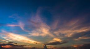 verbazende dramatische hemel en wolk stock fotografie