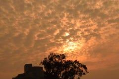 Verbazende en kleurrijke patronen in de hemel tijdens zonsopgang stock fotografie