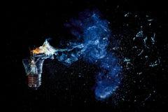 Verbazende explosie van een brandende gloeilamp met splinters en rook royalty-vrije stock foto's