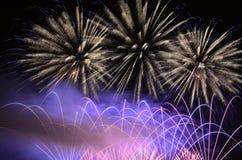 Verbazende flits van van vuurwerk Stock Foto