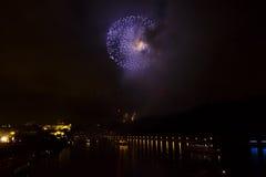 Verbazende heldere gouden en purpere vuurwerkviering van het nieuwe jaar 2015 in Praag met de historische stad op de achtergrond Stock Afbeeldingen