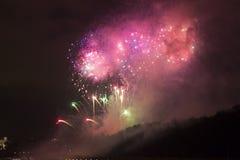 Verbazende heldere gouden en purpere vuurwerkviering van het nieuwe jaar 2015 in Praag met de historische stad op de achtergrond Stock Foto's